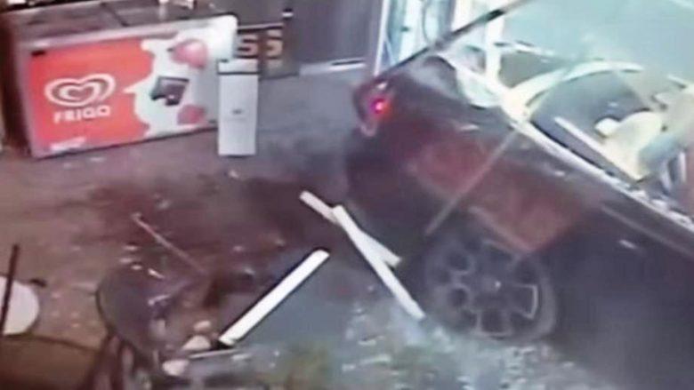 Humb kontrollin mbi timonin, futet me veturën e 270 mije funteve brenda dyqanit (Video)