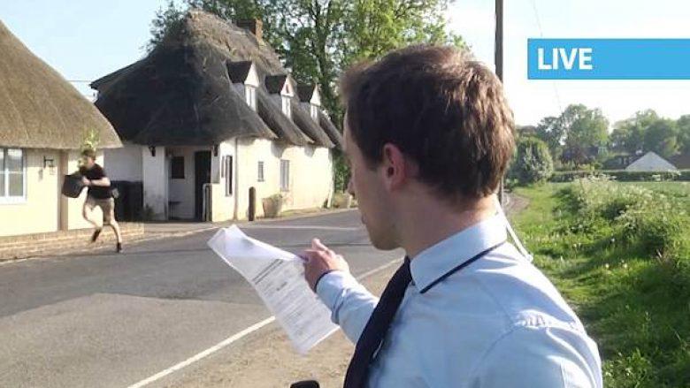 Gazetari po raportonte live për drogën, prapa shpinës së tij shfaqet befasisht një djalë i ri me një bimë kanabisi në dorë (Video)