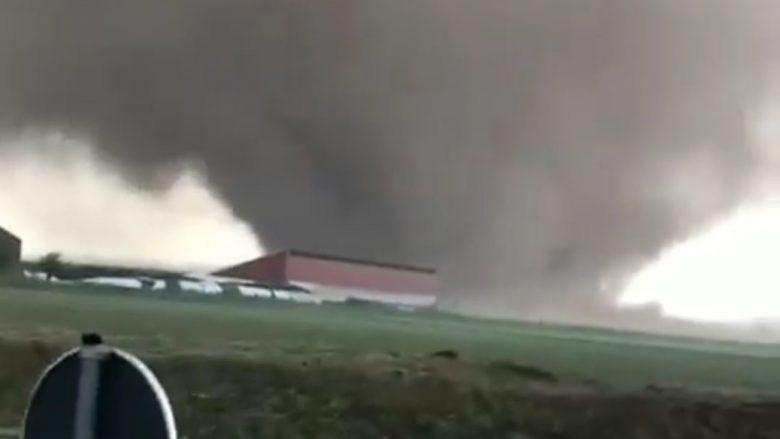 Pjesa perëndimore e Gjermanisë preket nga moti i ligë, tornado që lëviz me 250 kilometra në orë po shkatërron gjithçka para vetes (Video)