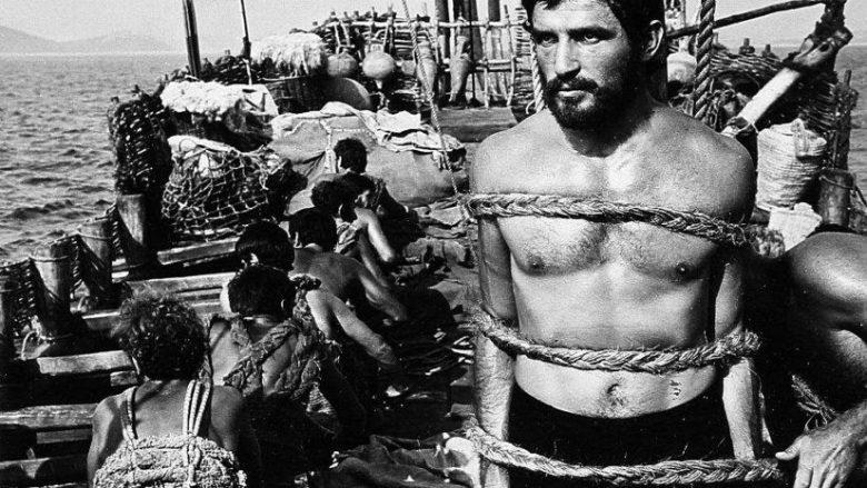 """Bekim Fehmiu në rolin e Odisesë në serinë """"Odiseja"""" të vitit 1968, në skenën e Këngës së Sirenës"""