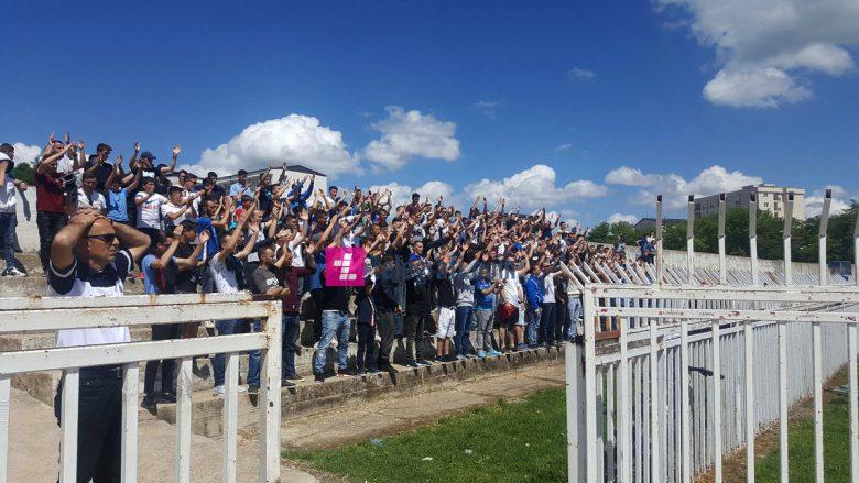 Tifozët e Dritës e inkurajojnë skuadrën në stërvitje para duelit ndaj Prishtinës