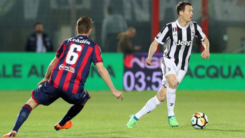CROTONE, ITALY - APRIL 18:  Stephan Lichtsteiner of Juvnetus during the serie A match between FC Crotone and Juventus at Stadio Comunale Ezio Scida on April 18, 2018 in Crotone, Italy.  (Photo by Maurizio Lagana/Getty Images)