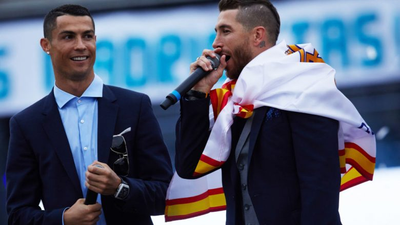 MADRID, SPAIN - MAY 27: Cristiano Ronaldo (L) of Real Madrid CF celebrates their trophy with teammate Sergio Ramos (R) at Cibeles Square a day after winning their 13th European Cup and UEFA Champions League Final on May 27, 2018 in Madrid, Spain. (Photo by Gonzalo Arroyo Moreno/Getty Images)