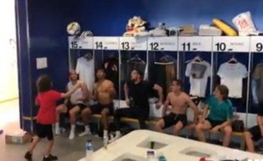 Djali i Marcelos dhuron 'show' në zhveshtoret e Real Madridit me yjet e kësaj skuadre