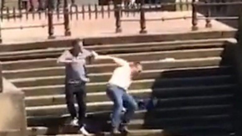 Vetëm një hap i gabueshëm, bëri që të rrëshqet nëpër 12 shkallë dhe të bie në lumë (Video)