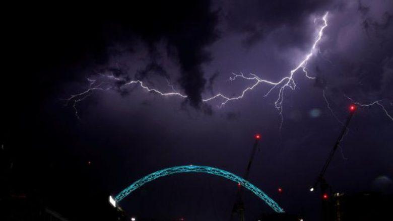 """Stuhi e vetëtima për katër orë, """"spektakël natyror"""" në Britani (Foto)"""