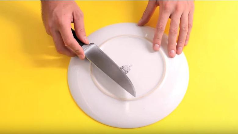 Pa u lodhur: Si ta mprehësh thikën me një veprim (Video)