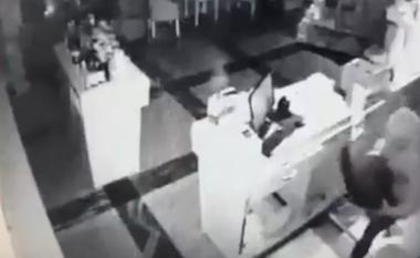 Filmohet momenti kur hajni vjedh arkën në një barnatore në Prishtinë (Video)