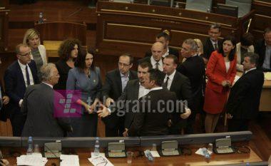 Xhavit Haliti e Arben Gashi përplasen fizikisht në Kuvend (Video)