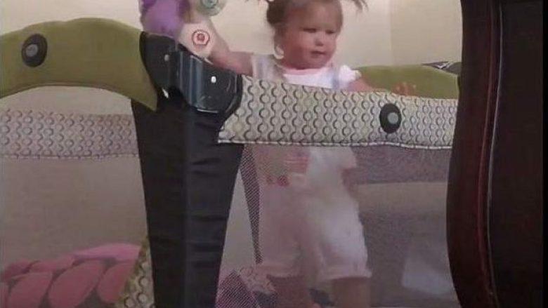 Habitej se si vajza 22-muajshe arrinte të dilte nga shtrati i thellë, instalon kamerë për ta zbuluar metodën e saj (Video)