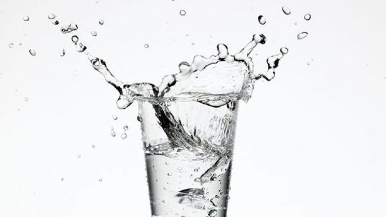 Uji ju ndihmon t'i digjni 490 kalori ekstra në javë