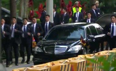 Truprojat e Kim Jong-un sërish fitojnë vëmendjen e të gjithëve, shfaqen në Singapor duke vrapuar pas veturës së liderit koreanoverior (Video)