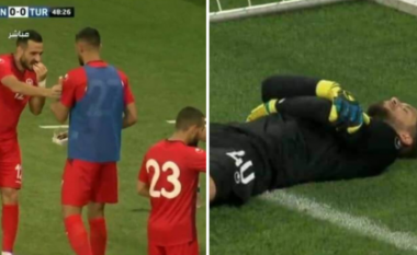 Lojtarët e Tunizisë me ide birliante - portieri bën si i lënduar, lojtarët bëjnë iftar