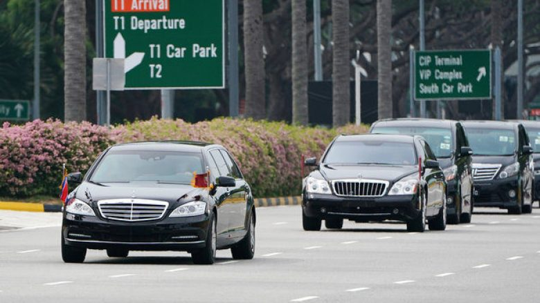 A motorcade believed to be carrying North Korea's leader Kim Jong Un travels past in Singapore June 10, 2018.  REUTERS/Athit Perawongmetha