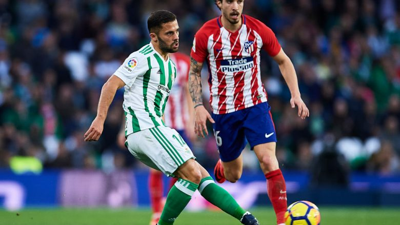SEVILLE, SPAIN - DECEMBER 10:  Riza Durmisi of Real Betis Balompie (L) being followed by Sime Vrsaljko of Club Atletico de Madrid (R) during the La Liga match between Real Betis and Atletico Madrid at Estadio Benito Villamarin on December 10, 2017 in Seville, .  (Photo by Aitor Alcalde/Getty Images)
