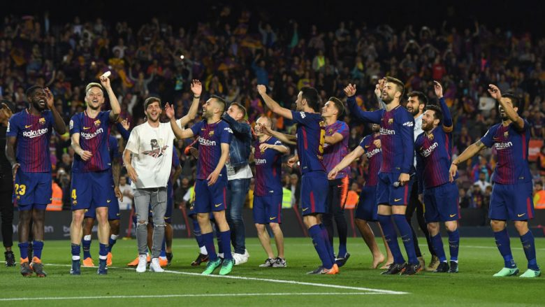 BARCELONA, SPAIN - MAY 06:  The Barcelona team celerbrate after the La Liga match between Barcelona and Real Madrid at Camp Nou on May 6, 2018 in Barcelona, Spain.  (Photo by David Ramos/Getty Images)