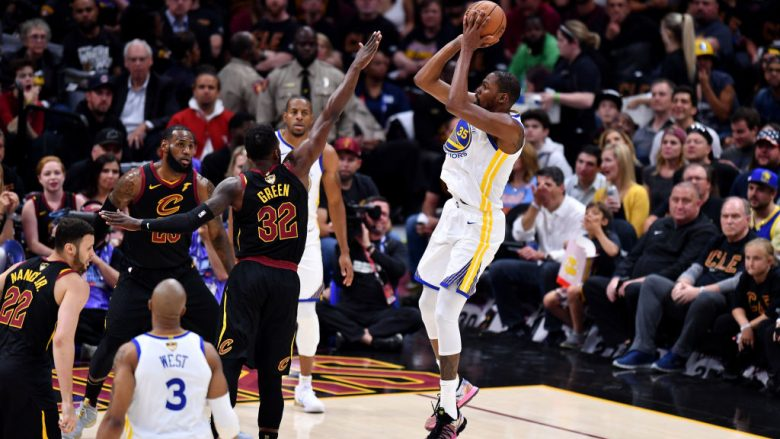 Golden State një fitore larg titullit të kampionit të NBA-së, Cleveland sërish mposhtet