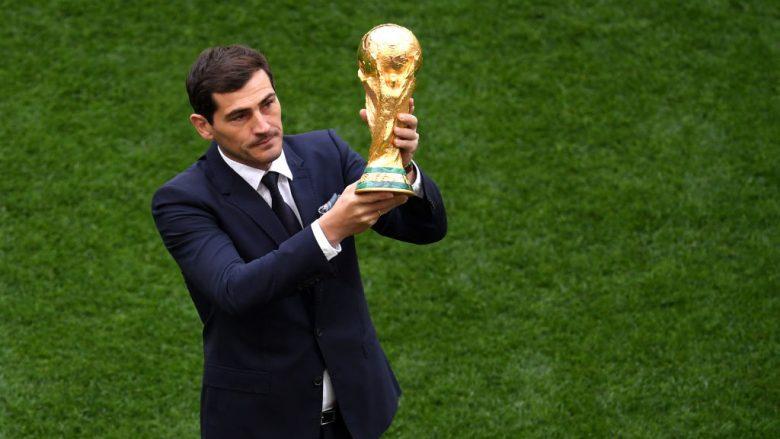 Iker Casillas e prezanton trofeun e Kupës së Botës para ceremonisë hapëse