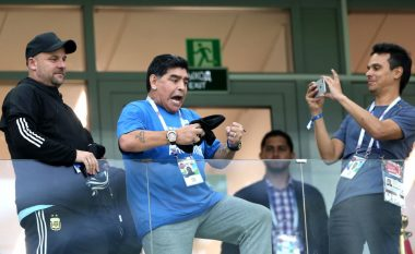 Maradona ndez gjithë argjentinasit, puth fanellën e Messit dhe lutet për fitore