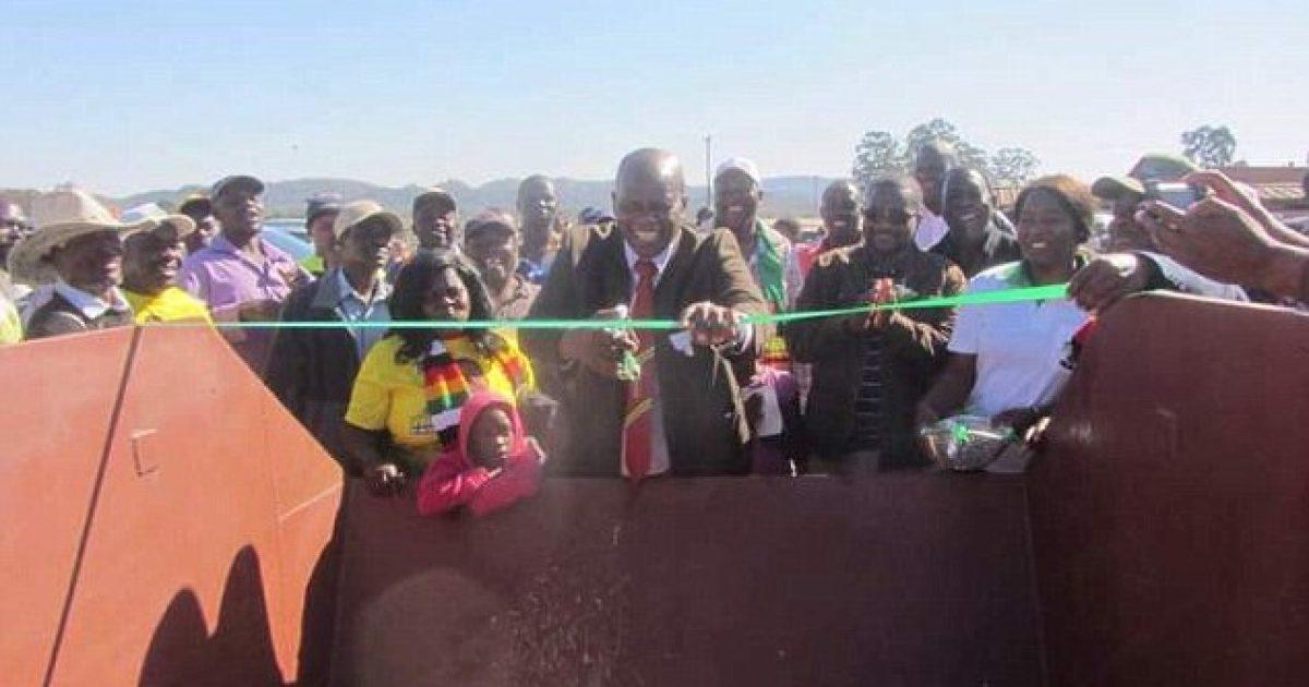 ministri-i-finacave-ne-zimbabve-preu-shiritin-e-nje-kontejneri-mbeturinash-si-pjese-e-paraqitjes-bizare-gjate-fushates-parazgjedhore