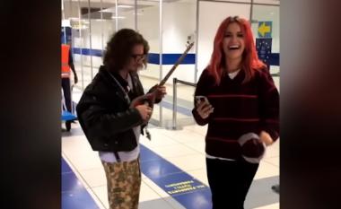 Rita Ora argëtohet nën ritmet e çiftelisë në aeroportin e Veronës