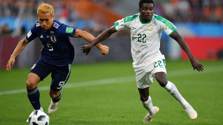 Yuto Nagatomo gjatë një dueli me Moussa Wague (Foto: Getty Images)