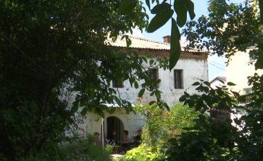 """""""Kulla e Tupellëve"""" dikur funksiononte si burg, sot vendbanim për dy familje (Video)"""