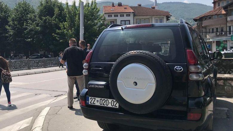 Vetura zyrtare parkohet në vend të gabuar (Video)