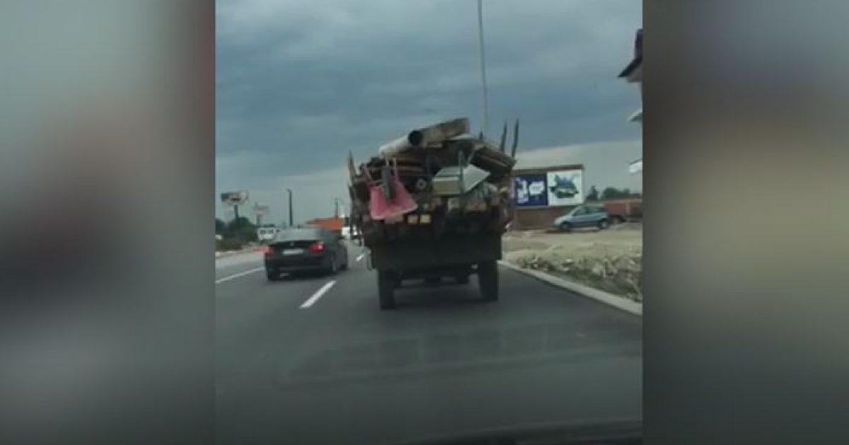 Traktori në autostradën Prishtinë-Pejë (Video)