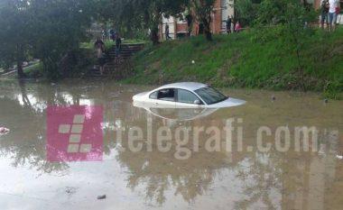 Reshjet e shiut, përmbyten veturat te Stacioni i Autobusëve
