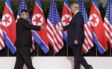 Donald Trump dhe Kim Jong-un shtrëngojnë duart, këto janë fjalët e para të tyre (Foto/Video)