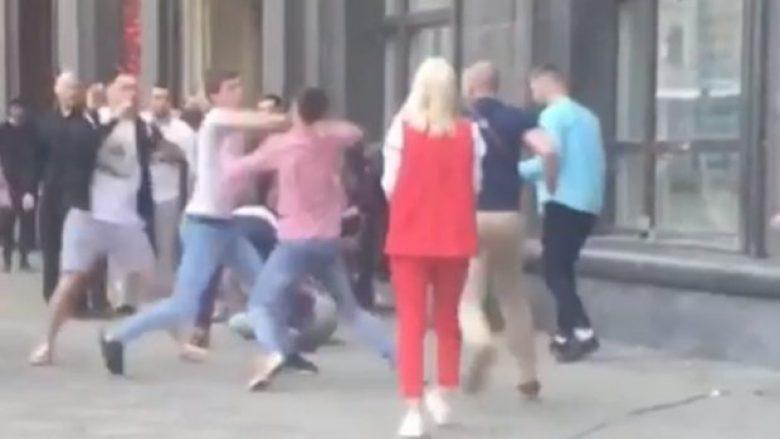 Rrahje masive në Moskë, me vetëm një goditje mbyt të riun (Video, +18)