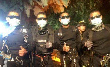 E gjithë bota po i duartroket, katër marinsat që qëndruan plotë 18 ditë në shpellë - dhe në fund i shpëtuan djemtë dhe trajnerin e tyre (Foto/Video)