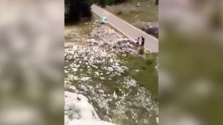 Shoferi humb kontrollin mbi timonin gjatë garës në Mal të Zi dhe përplaset në shkëmb – edhe pse i rrokulliset vetura shpëton pa ndonjë lëndim (Video)