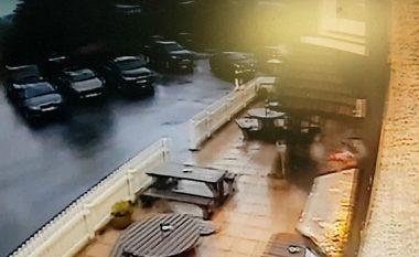 Nuk e kishin shërbyer për shkak të sjelljeve të pahijshme, iu hakmerret duke ua shkatërruar tarracën me veturë (Video)