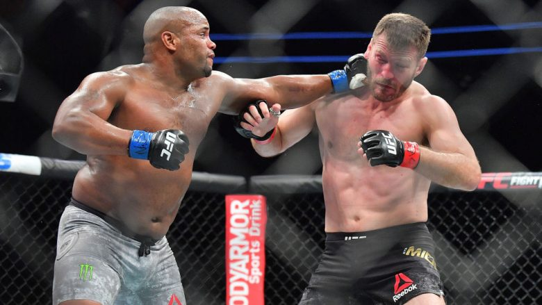 Cormier triumfon ndaj Miocic dhe shpallet kampion i peshave të rënda në UFC, barazon arritjen e McGregorit
