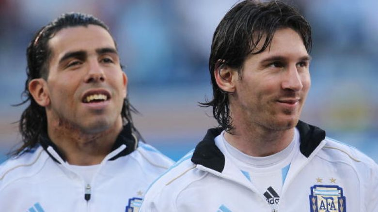 CAPE TOWN, SOUTH AFRICA - JULY 03:  Carlos Tevez and Lionel Messi of Argentina ahead of the 2010 FIFA World Cup South Africa Quarter Final match between Argentina and Germany at Green Point Stadium on July 3, 2010 in Cape Town, South Africa.  (Photo by Chris McGrath/Getty Images)
