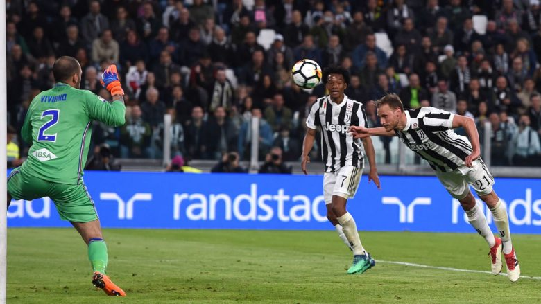 TURIN, ITALY - APRIL 15:  Benedikt Howedes of Juventus scores his team's second goal during the serie A match between Juventus and UC Sampdoria at Allianz Stadium on April 15, 2018 in Turin, Italy.  (Photo by Tullio M. Puglia/Getty Images)