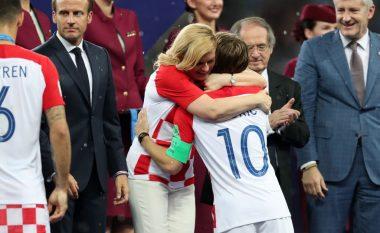 Momenti emocionues kur presidentja e Kroacisë nuk i mbajti lotët teksa përqafoi Modricin