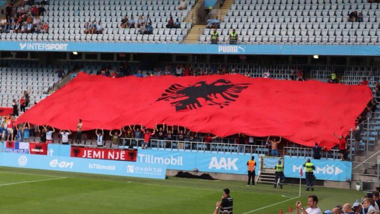 'Intelektualët' shpalosën një flamur gjigant në Malmo