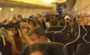 Momente tmerri përjetojnë pasagjerët, aeroplani bën ulje të detyruar (Video)