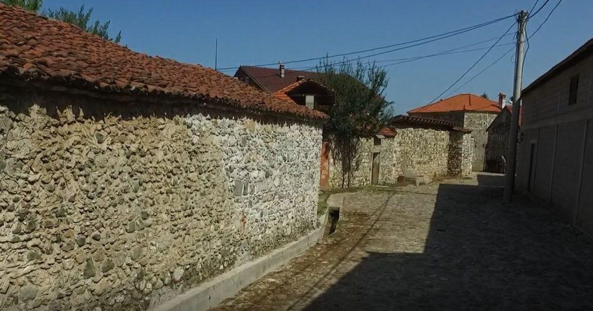 Fshati në Deçan me pamje të gurit, mrekulli për turistët (Video)