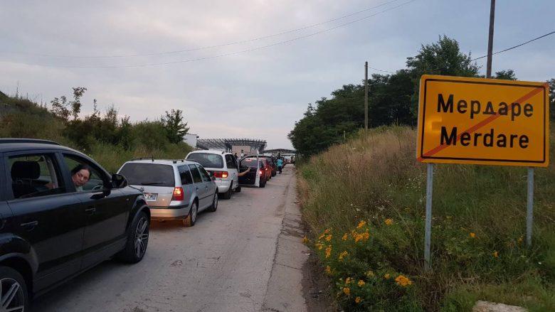 Kolona të gjata në pikëkalimet kufitare me Serbinë, në Merdar deri në tri orë pritje