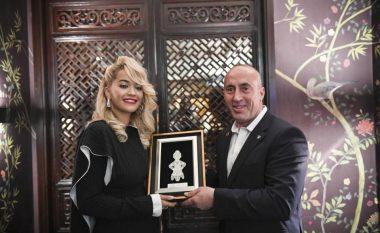 Ramush Haradinaj e dekoron Rita Orën në Londër: Përmes muzikës, ajo ka bërë më shumë se të gjithë ne