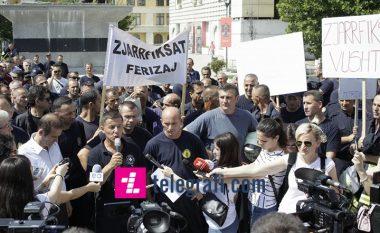 Protestojnë zjarrfikësit për kushtet e punës (Foto/Video)