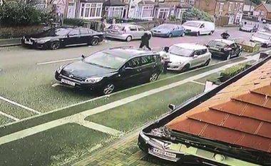 Të armatosur me shkopinj bejsbolli dhe hanxharë po vraponin rrugëve, njërin prej tyre vetura e shtyp për vdekje - kamerat filmojnë gjithçka në Birmingham (Video, +18)