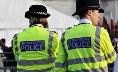 Polici anglez filmohet duke goditur grusht adoleshenten, derisa po tentonte ta arrestonte (Video, +18)