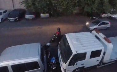 I zë hajnat duke vjedhur, anglezi kthehet me veturë në vendin e ngjarjes dhe ua shkatërron motoçikletën (Video)