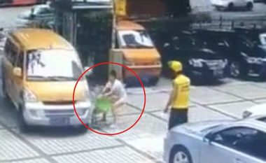 Pas një mosmarrëveshje me burrin, kinezja shtyn të birin para një furgoni - shpëton mrekullisht (Video)