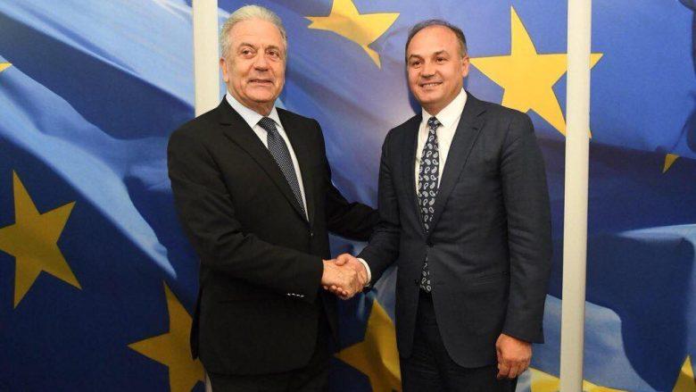 Avramopoulos i shkruan Hoxhajt për liberalizimin e vizave